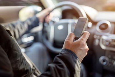 18−34歳の8割弱が「ながら運転」 事故が増加傾向 米国のサムネイル画像