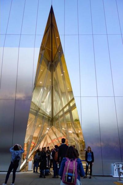 (上の写真)大胆な切込みが入った美術館の入り口(写真=プレミアムジャパン)