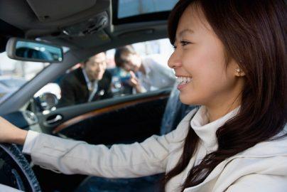 「自動車維持費」は毎月いくらかかってる? ガソリン、保険、駐車場……のサムネイル画像