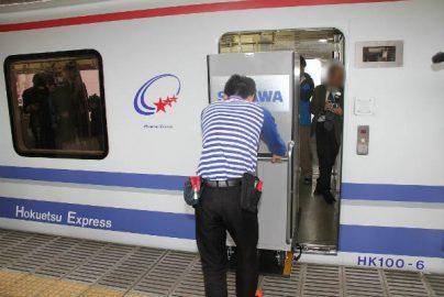 佐川、乗客と荷物を一緒に運ぶ「貨客混載」開始 ドライバー不足解消へ期待のサムネイル画像