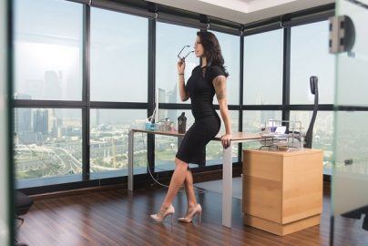 企業がハイヒール、メークを義務づける? 英国で「女性社員の服装規定改革」目前かのサムネイル画像