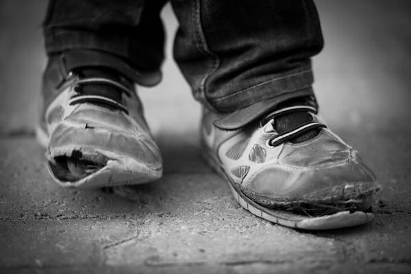 子供の「6人に1人が貧困」 40兆円の社会的損失