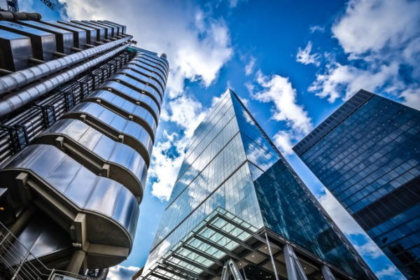 金融機関の管理職8割が「FinTechは脅威」
