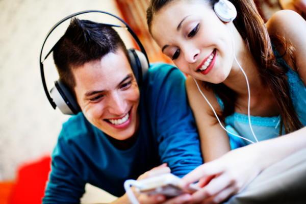 音楽を聴くカップル
