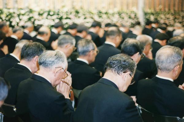 トラブル相次ぐ「家族葬」費用はいくら? 本当に格安かのサムネイル画像