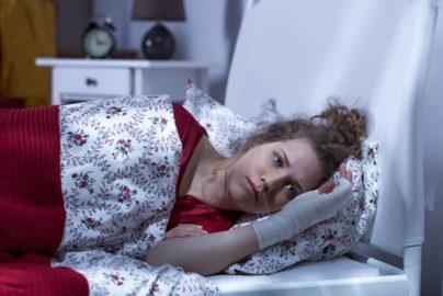 ケガのため自宅療養、生命保険の給付金は受けられる?のサムネイル画像