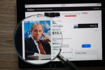 2017年の米経済政策は「ある小説」で理解できる レイ・ダリオ氏のお墨付きのサムネイル画像